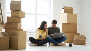 Nuori pari tekee markkinatutkimusta verkkokaupan perustamista varten
